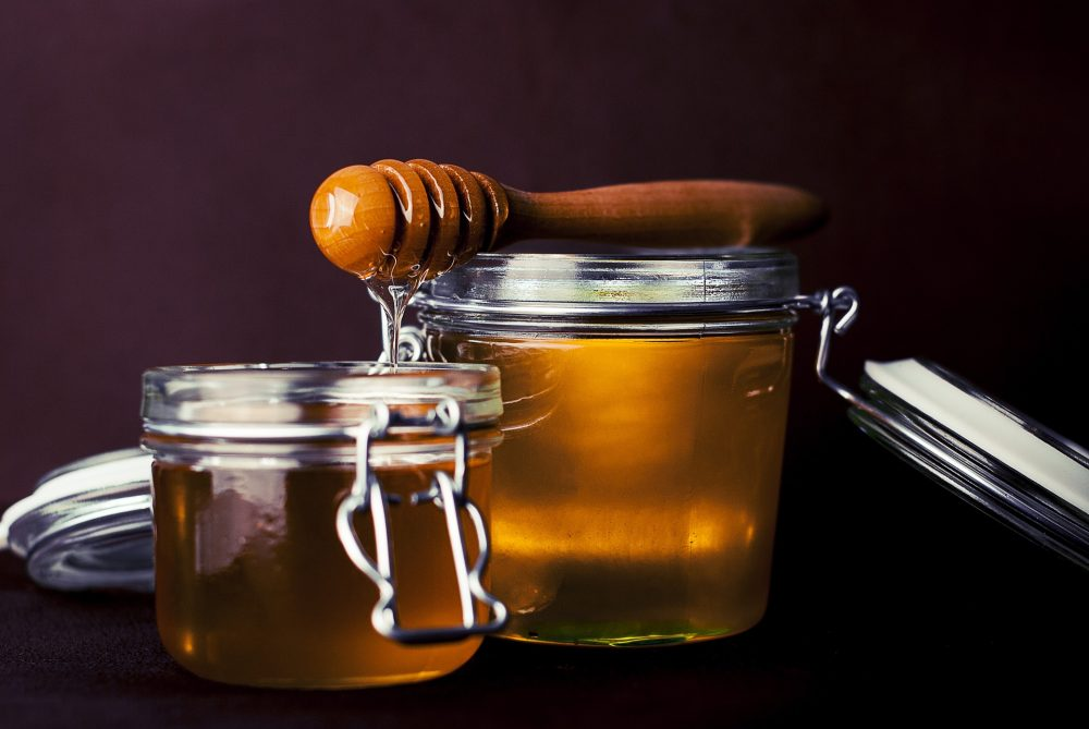 Verschiedene Honigsorten im Designsouvenir-Shop
